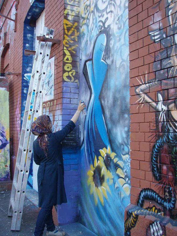Primeiras Grafiteiras do Afeganistão tentam ofuscar a Guerra com Art. Via Mistura Urbana