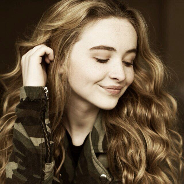 """Sabrina Carpenter Tweeted About The Disney """"Holidays Unwrapped"""" Album"""