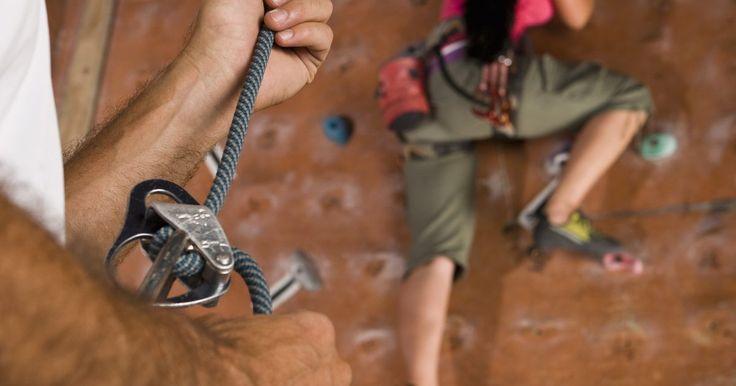 Como cuidar de uma queimadura grave causada por cordas. Queimaduras causadas por cordas acontecem quando uma corda passa por sua pele muito rapidamente, o que resulta em vermelhidão, bolhas e em alguns casos, sangramento. Você pode se queimar com uma corda durante qualquer atividade que envolva o uso de uma corda, como escalar montanhas, laçar cavalos, velejar ou escalar paredes. Tratar uma queimadura ...