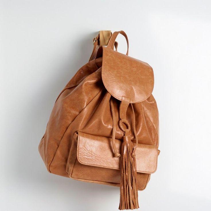 BGC 0133 - mochila em couro estonado com fechamento tipo saco, barbicacho grande e lingueta com ímã. possui bolsão frontal. alt: 36cm. larg: 31cm. prof: 10cm. #coloridoviamia
