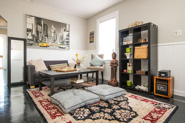 en Providence, US. Located two blocks from Depasquale plaza and Broadway. With two bus stops close by, this small sunlit apartment also allows for quick access to Providence downtown (0.8mi) and Brown University (1.3mi).  Room: Minimalist with a leather queen bed, d...