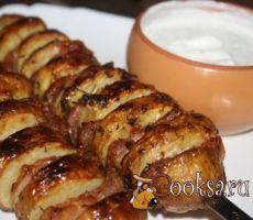 Картофельный кебаб с беконом, чесноком и пряными травами #кебаб #мангал #вкусно #праздник #рецепты #кулинария Картофельный кебаб с беконом, чесноком и пряными травами - сытное блюдо, которое можно приготовить в духовке или на мангале, но на мангале, с ароматом дымка, конечно будет вкуснее! Молодая румяная картошечка, пропитанная жиром бекона, да еще и с ароматной сухой кавказской аджики и чеснока - это очень вкусно! Подайте к такому кебабу соус из сметаны с чесноком и зеленью, поверьте, это…
