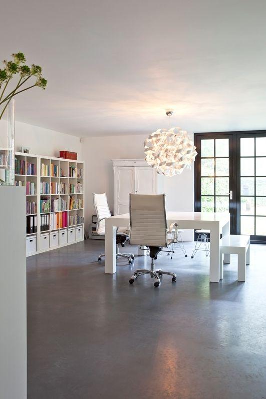 Simpel maar mooi boekenkast + oude kast + opvallende lamp Creëer je eigen werkplek martkleppe.nl