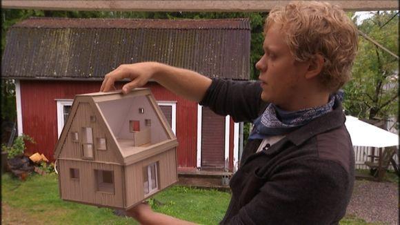Puutarhayksiöt poistamaan asuntopulaa * Arkkitehtiopiskelija Olli Enne poistaisi asuntopulan rakennuttamalla pieniä omakotitaloja olemassa oleville tonteille. Asuntoja syntyisi yhtä paljon kuin suurille kerrostaloalueille. --- (Hyvä idea. Irlannissa on aika paljon 'granny flat' -tyylisiä mökkiasuntoja, jollaisen voi laittaa suht. pieneenkin takapuutarhaan. Siinä voi asua perheen vanhempaa polvea, opiskelija, tai muu vuokralainen.) #asuminen #omakotitalo