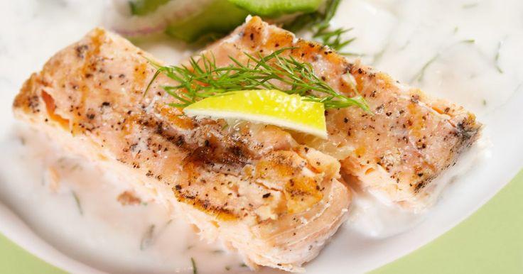 Cómo combinar salmón con vino. Hay innumerables maneras de preparar el salmón y otros tantos vinos y combinarlos. Mientras un filete fresco puede ser simplemente sazonado, el salmón puede contener el suyo propio cuando se enfrenta con condimentos de gran profundidad. Ya sea que se estés asociando el salmón con Chardonnay o con champán, Sauvignon Blanc o Sancerre, el vino junto ...