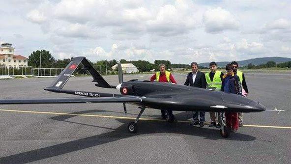 戦術UAVシステム(Taktik İHA Sistemi)。トルコに拠点を置くBaykar MakinaによるUAV(無人航空機)システムの一つ。NATOの兵器システムと互換性があり自律的な飛行に対応する。滞空時間は20時間。