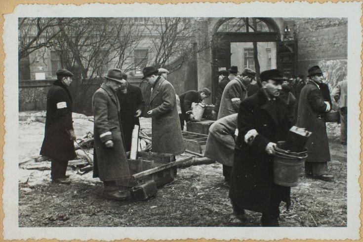 Kraków. Marzec 1941. Przesiedlenie Żydów do getta w Podgórzu. Podczas wyprowadzki