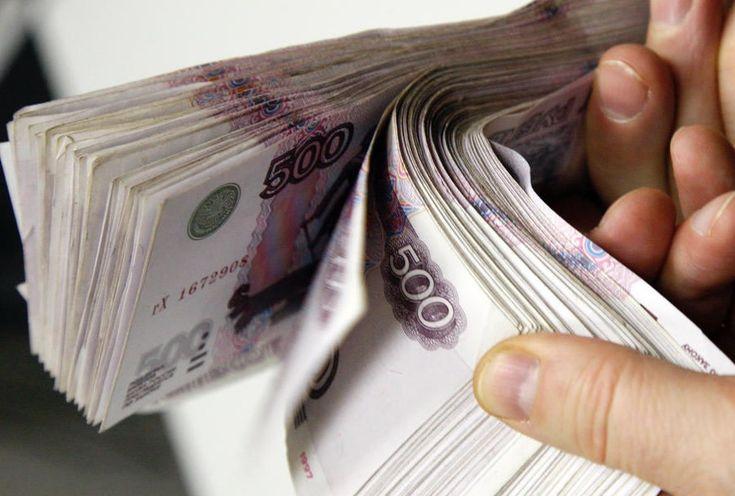 Бывает так, что у вас взяли деньги в долг на определенный срок, а отдавать не спешат. Ссылаются на кризисное время, на семейные проблемы или на отсутствие заработка. Конечно, в жизни бывает всякое, но вы-то дали свои деньги, и имеете полное право получить их обратно. Мы вам подскажем, каким образом можно выбить долг c должника. Инструкция 1 Навестите должника по его домашнему адресу. Если он не проживает по адресу прописки, проведите беседы с соседями. Узнайте место проживания родителей…