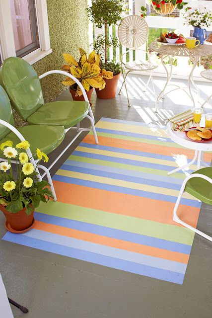 Sua varando pode ficar muito mais charmosa com essa pintura no chão imitando tapete colorido