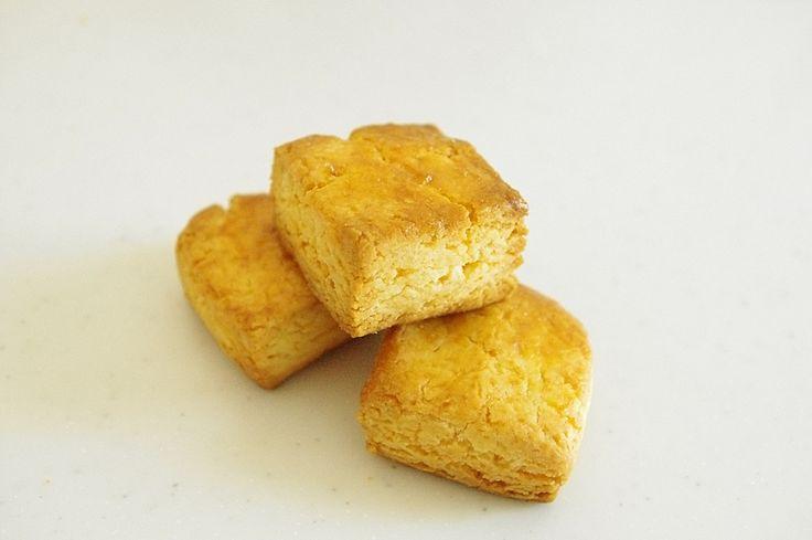 Crunchy nybakte scones med en lett sødme er akkurat det ethvert frokostbord trenger. Scones er en type rundstykker bakt med bakepulver i stedet for gjær. Sconestrenger ingen heving, så de er ganske raske å lage. Perfekt til frokost, brunch eller…