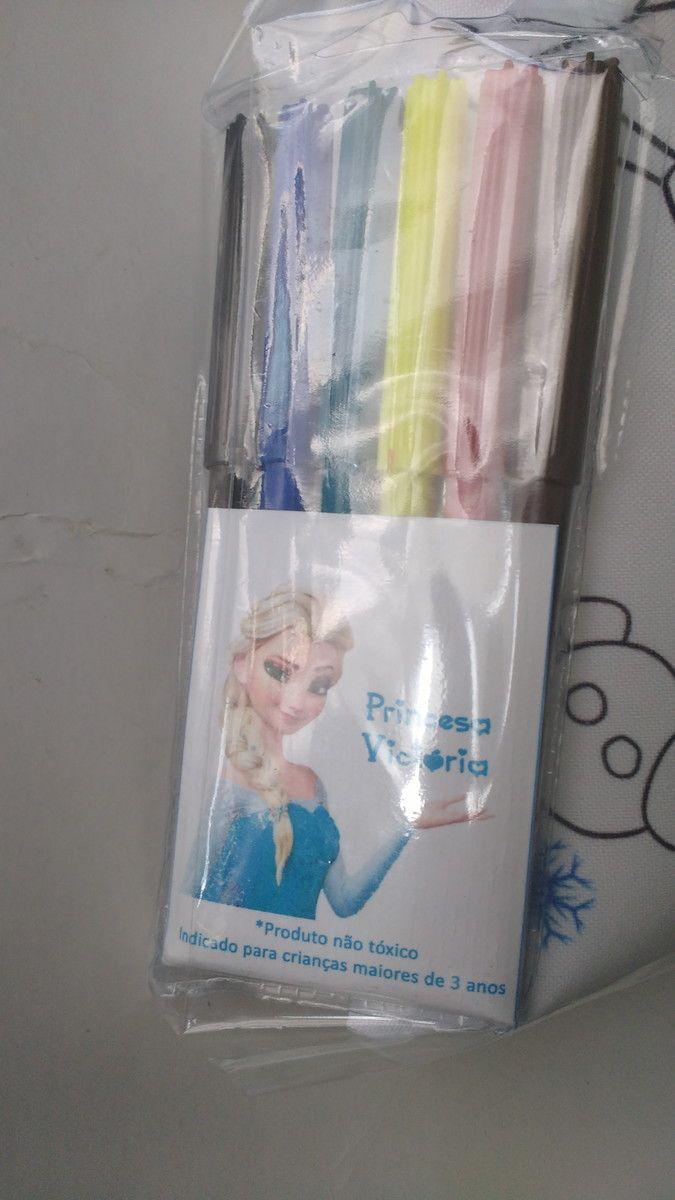 Almofada para Colorir Elsa  Material: Tecido 100% Poliéster (Oxford)  Medidas: 12 cm X 18,5 cm  Embalagem: Saquinho de Celofane, Fita de Cetim e Tag Personalizada  Acompanha o jogo com 6 canetinhas    >> TRABALHAMOS COM OUTROS TEMAS<<