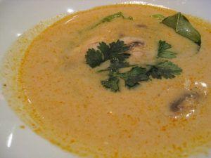 Con il freddo, niente di meglio di una buona zuppa calda stile tailandese per il nostro intestino. ##ZuppaDiPollo #Cocco #Zenzero