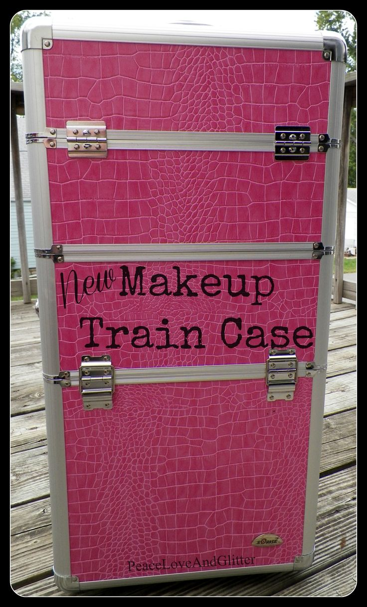 Review and pics of rolling makeup train case.
