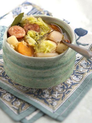 poivre, pomme de terre, poireau, bouquet garni, oignon, huile d'olive, saucisse de morteau, porc, lard, chou, navet, haricot, sel, carotte