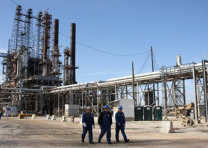 © Reuters. Рабочие на НПЗ LyondellBasell в Хьюстоне