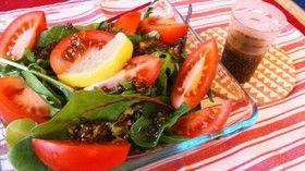 チアシード&生姜ドレッシングのサラダ  (2人分) 生姜 親指の大きさくらい チアシード(水でふやかしたもの)大さじ1〜2 レモン果汁小さじ2〜3 醤油大さじ1 オリーブオイル大さじ1/2 塩ひとつまみ トマト 適量 ベビーリーフ、レタスなど適量   1野菜は適当な大きさに切ってお皿に盛り付けておく。  2生姜をすりおろし、ほかの材料とよく混ぜ合わせる。味をみて醤油やオイルで調整。 3野菜の上からドレッシングをかけて完成です。  ※チアシードは5倍ほどの水に入れてよく混ぜ、数時間〜、冷蔵庫で保存しているものを使ってます