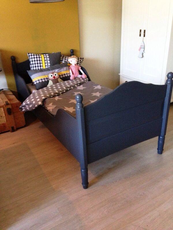 Stoer,  antiek knoppen  bed, mat antraciet afgelakt. Voor meer details en onze voorraad antieke bedden kijk op www.olijk nl