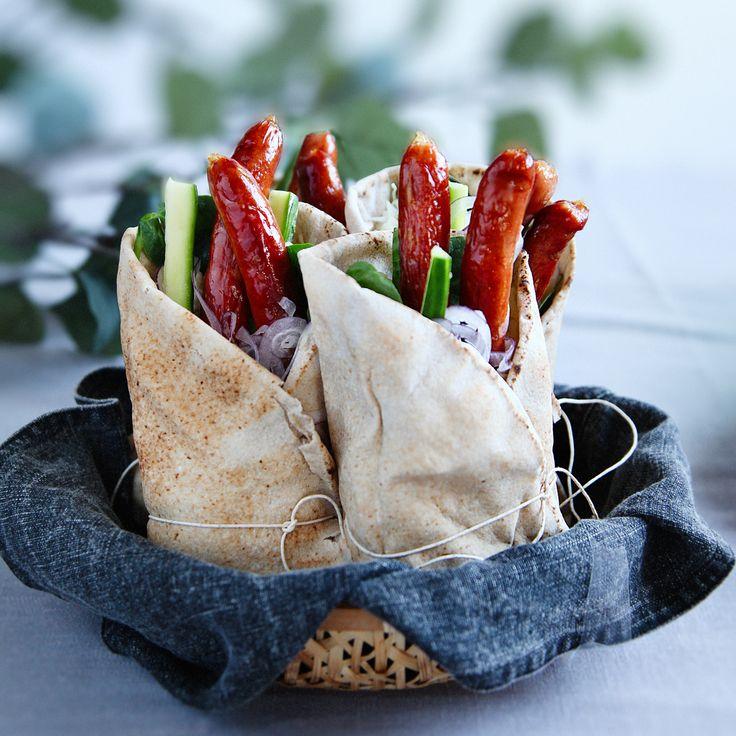 Laga wrap med korv och fetaostmos, en fantastiskt enkel och smarrig middag som passar både stora som små! Recept på wrap med korv hittar du på Tasteline.