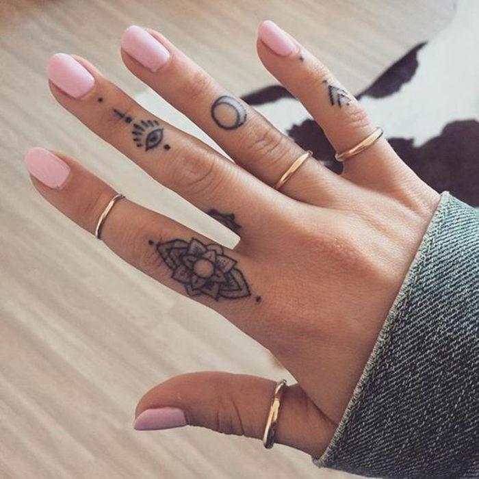 Chouette tatouage fleur signification et idée lotus tatoo sur le doigt