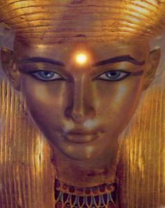 """Hathor es una de las diosas más famosas del Antiguo Egipto. Era conocida como """"La Grande de Muchos Nombres"""" y sus títulos y atributos son tan numerosos que formaba parte de todos los aspectos de la vida y la muerte de los egipcios de la antigüedad."""