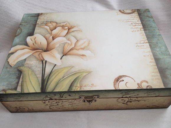 Caixa de costura em MDF com divisórias e porta linha  Obs: verifique a disponibilidade do papel no ato da compra.  cód. 3906 (S) R$ 45,00