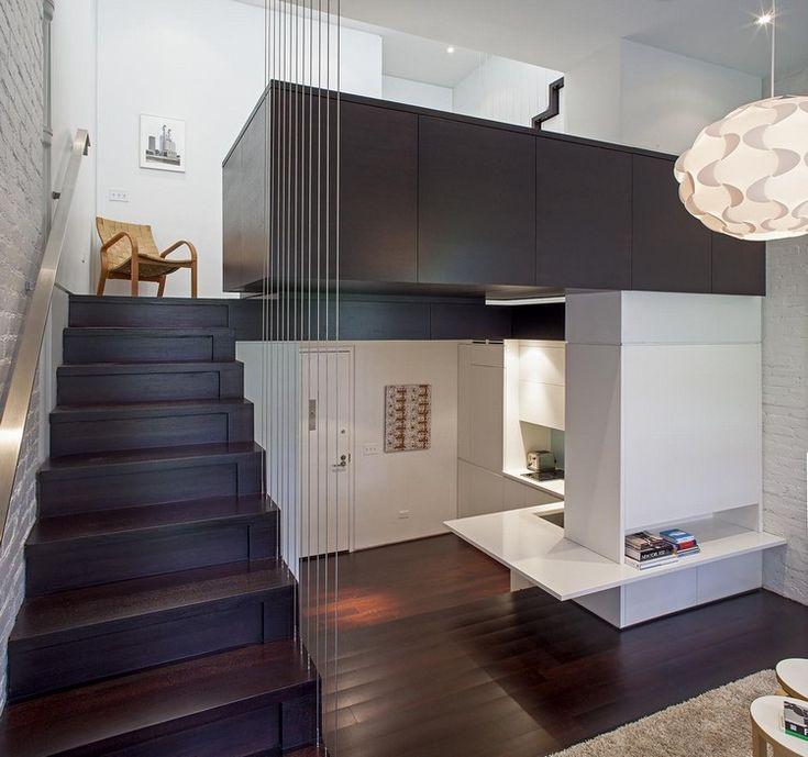 idée aménagement studio, cuisine en bois et blanc, escalier droit et sol en parquet foncé