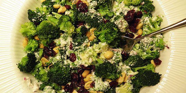 Broccolisalat med peanuts og tranebær