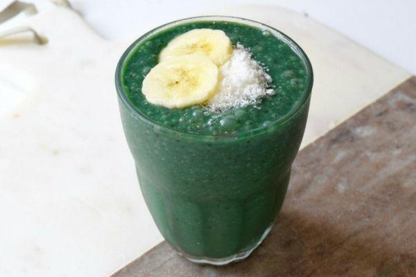 Deze groene energiebooster is perfect wanneer jouw lichaam wel wat extra ondersteuning kan gebruiken. De donkergroene kleur ontstaat door de toevoeging van de alg spirulina. De smaak die deze alg geeft is voor velen wel even wennen en het advies is het dan ook langzaam op te bouwen. Echter zijn er maar weinig voedingsmiddelen die zo veel mineralen en vitamines bevatten als spirulina. Heb je het net iets te bont gemaakt in het weekend dan helpt spirulina jouw lever een handje bij de…