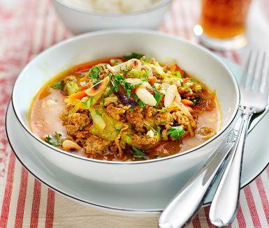 Indieninspirerat grytrecept med lammfärs, morötter, lök och vitkål. Smaksätt lammfärsgrytan med curry, kanel, kokosmjölk och sambal oelek och servera med rostad mandel och nykokt ris.
