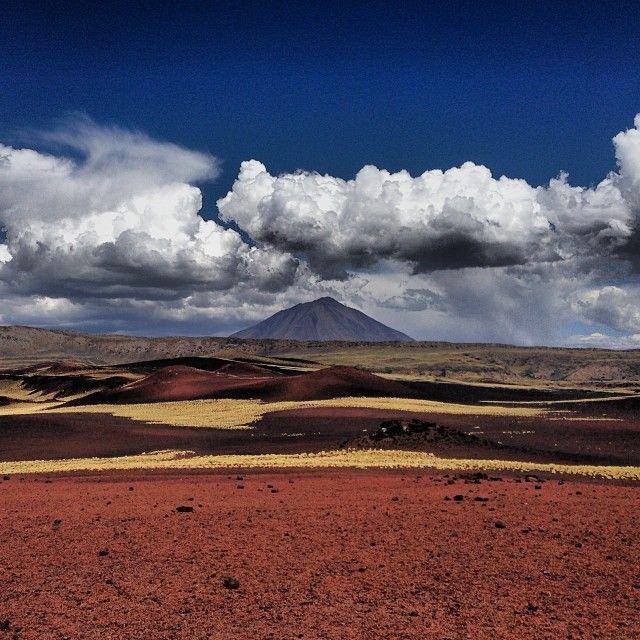 Un desierto negro (Payunia, en Mendoza)  Payunia es un territorio apenas explorado, y sólo para afrontar con un guía conocedor del terreno. Se encuentra al sur de Mendoza, provincia argentina. Hace millones de años, los volcanes dejaron una huella para la eternidad, en forma de un desierto de color negro donde tímidamente aflora la vida.  rincones curiosos de la Argentina
