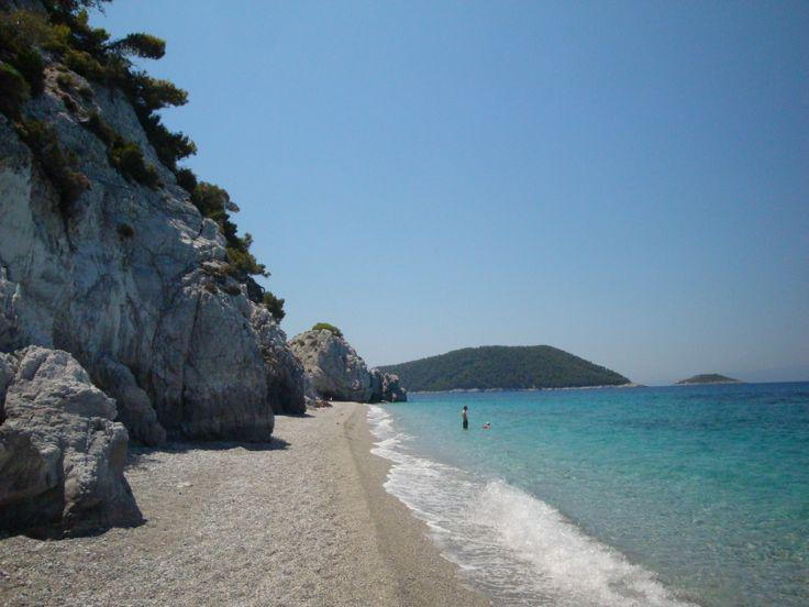 Amazing and deserted Chovolo beach (Χόβολο). This beach hidden behind a rock in Neo Klima (Νέο Κλήμα)