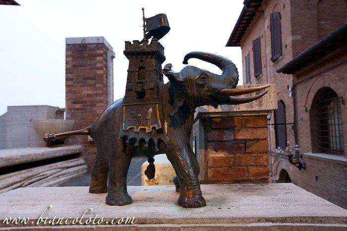 Сиена. Мы находимся в контраде (квартале) Башня (Torre). На одной из маленьких площадей, разбитых вдоль улицы, можно увидеть скульптуру контрады – слон с башней на спине.