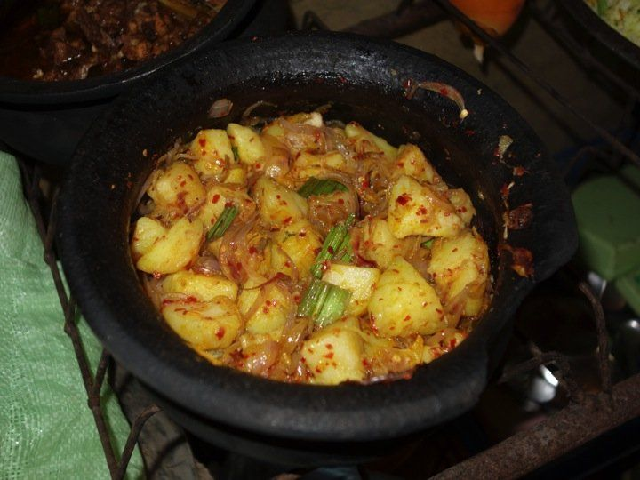 Potato sambal (salad) - authentic Sri Lankan recipe from a Sri Lankan village (source: my personnal food and travel blog / vlog with recipes, authentic video recipes, street food, food and travel documentary, travel info and more. Welcome! :) )
