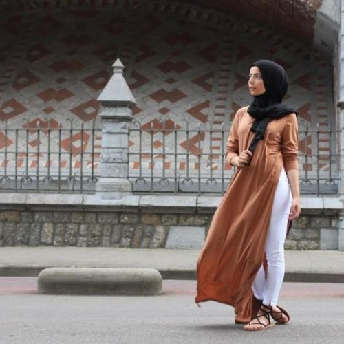 tan-open-dress-with-white-jeans- Beautiful fall hijab trends http://www.justtrendygirls.com/beautiful-fall-hijab-trends/