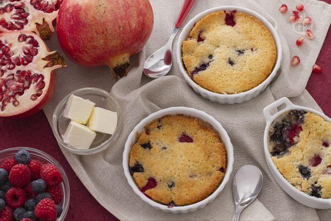 Il cobbler ai frutti rossi è un dolce a base di frutta ricoperta da una croccante pastella, tipico della tradizione americana.