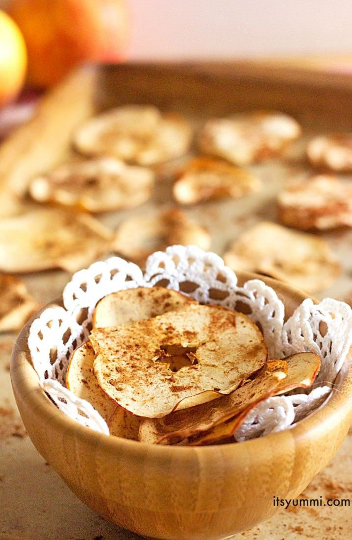Get this Baked Cinnamon Apple Chips #recipe from @itsyummi and put a #healthy #snack into your life!