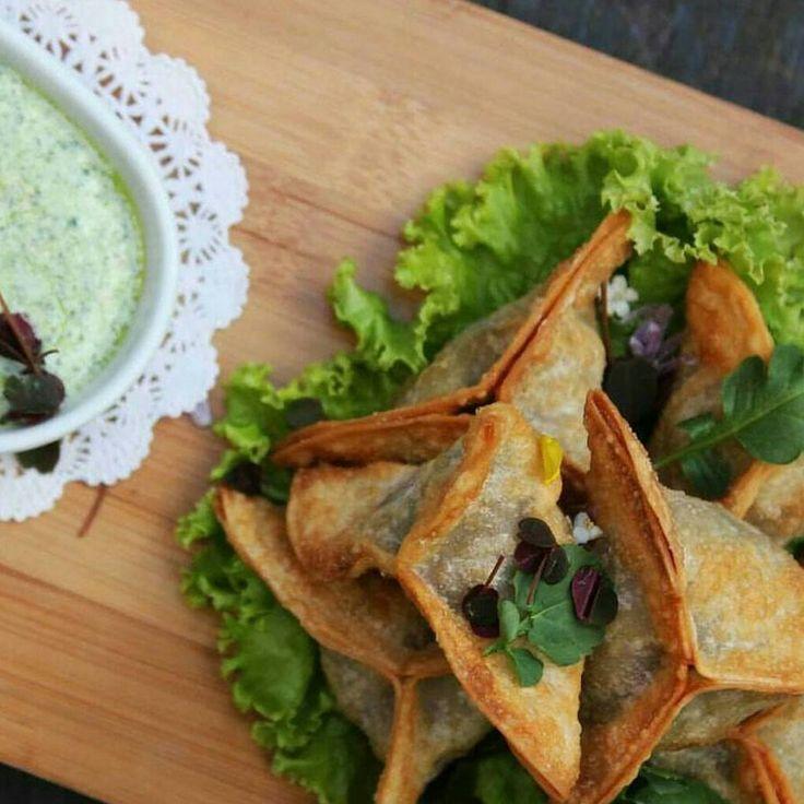 Samosas de res para compartir la mesa este martes con amigos! Los esperamos... www.daniel.com.co/menu