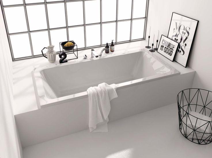 Witte, lichte badkamer met veel natuurlijke daglicht toetreding #badkamer #design #wit