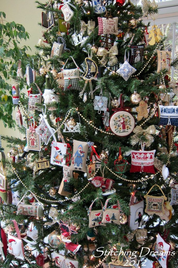 What an inspiring Christmas tree in celebration of the love of crossed stitches.