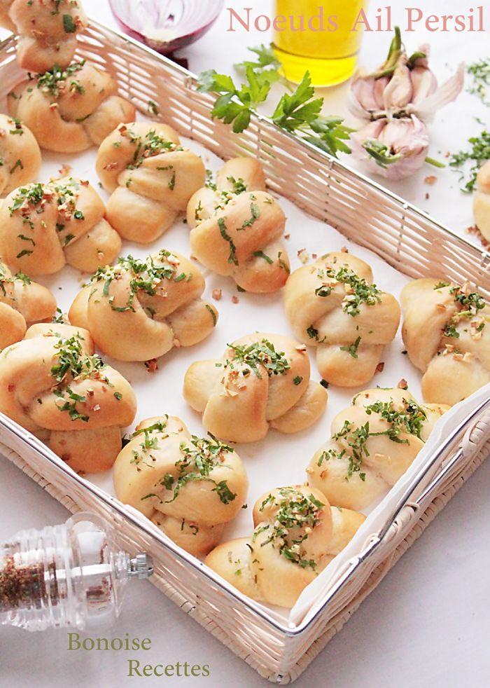 Bonjour, ce pain moelleux au goût ail et persil est un délice, il est bien tendre, ce pain moelleux est 100% fait a la main donc pas besoin ni de machine a pain ni de pétrin. Ingrédients Pour la pâte 350 gr de farine 1 cuillère a soupe de levure de boulanger...