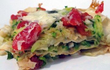 Lasagna estiva con pane carasau, zucchine, pomodori e mozzarella.
