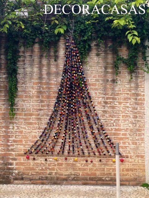 Árvore de Natal para a parede feita com cápsulas vazias de Nespresso: ideia bacana que ocupa pouco espaço e pode ser usada tanto em interiores quanto em área externa para uma decoração natalina.