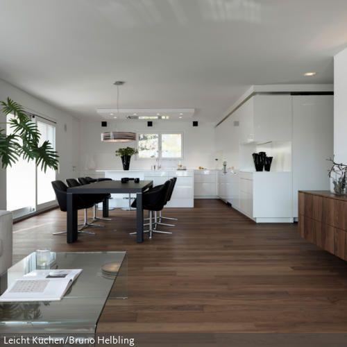 Dadurch, dass die große Wohnküche durchgehend mit Parkett ausgestatte ist, wirkt der Raum weiter als wenn er in unterschiedliche Bereiche gegliedert wäre. Die…