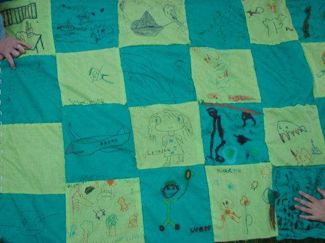Envolvimento Parental, cada criança levou um quadradinho para casa e decorou-o com os pais. juntámos todos no final e conseguimos uma manta para a biblioteca.