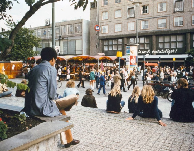 Chillen op het Beursplein in de jaren 70.  Foto: Gemeentearchief Rotterdam