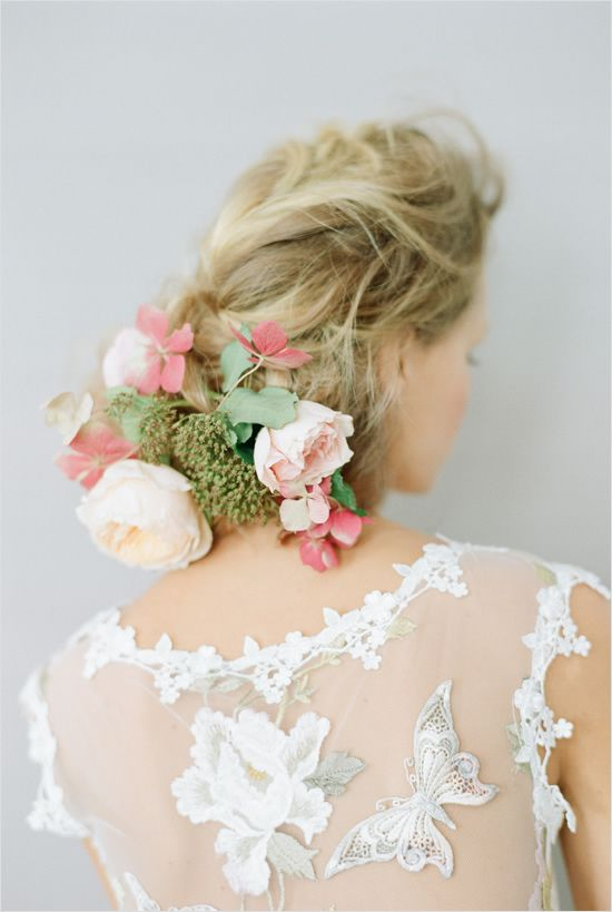 Wedding hair with florals #weddinghair #weddingflorals #weddingchicks http://www.weddingchicks.com/2014/03/03/2014-claire-pettibone/