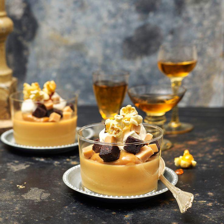 Karamellpudding toppat med små browniebitar, fudge och karamelliserade popcorn är en given succé efter middagen.