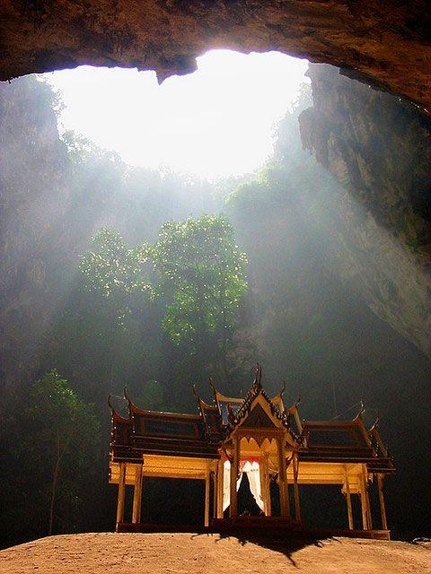神々しすぎて絶句。タイにあるプラヤー・ナコーン洞窟が神秘的!!