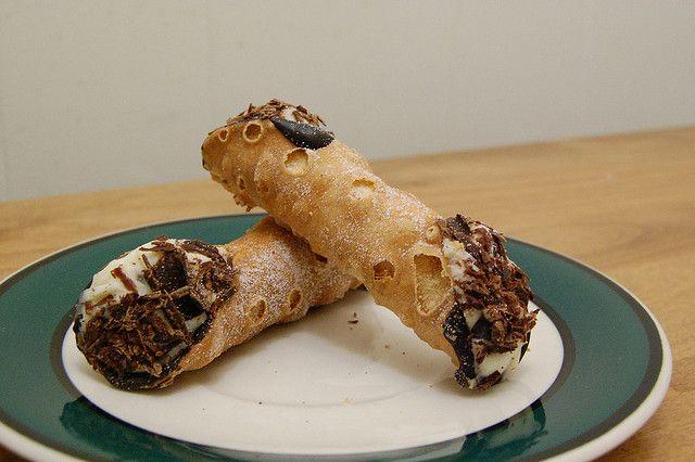 """Cuisine maison, d'autrefois, comme grand-mère: Recette de """"cannoli"""" à la crème au chocolat et macarons (crêpes roulées)"""