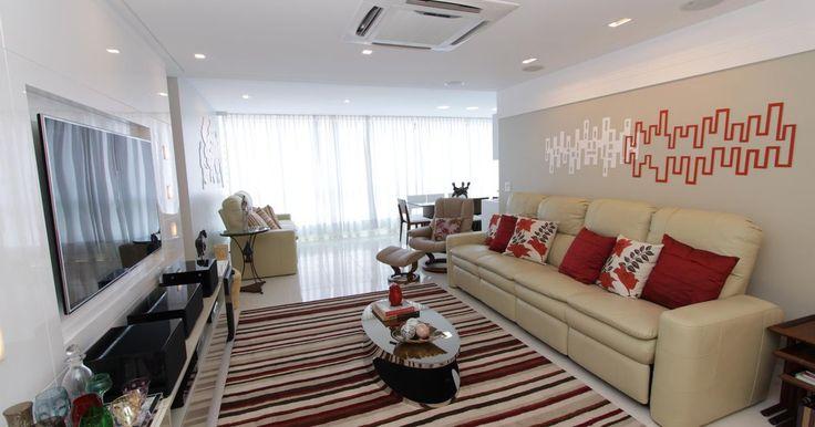 Sala com sofá grande e almofada Vermelha